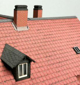 Dachpartie mit dreizügigem Kamin und Dachgaube in H0 Modellbau